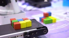 El cubo multicolor se opone la operación robótica del dispositivo almacen de video