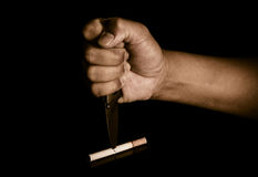El cuchillo de la manija apuñalado en concepto de los cigarrillos elimina fumar, abandonó el fumar Imágenes de archivo libres de regalías