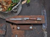 El cuchillo mano-forjó el acero Fotos de archivo libres de regalías