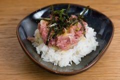 El cuenco con Kobe Beef tartare sirvi? con la alga marina frita del nori, yema de huevo, cebolla tajada, sobre una cama del arroz fotos de archivo libres de regalías