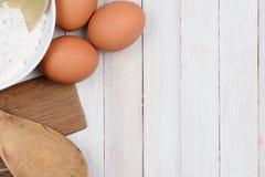 El cuenco de la harina Eggs los utensilios Imágenes de archivo libres de regalías