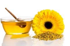 El cuenco de miel con la flor y montón del polen Imágenes de archivo libres de regalías