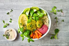 El cuenco de Oriente Medio de Buda del estilo con el falafel verde, la quinoa, la calabaza moscada, los tomates, el aguacate, el  Fotografía de archivo libre de regalías