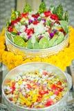 El cuenco de plata con muchos florece, este uso del agua santa en el Ne de Tailandia Fotos de archivo libres de regalías