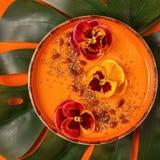 El cuenco del Smoothie con el pensamiento comestible florece, las semillas del chia, berrie del goji imagen de archivo libre de regalías
