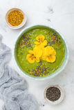 El cuenco del smoothie del verde del detox del desayuno remató con los superfoods, las semillas del chia, el polen de la abeja y  Imágenes de archivo libres de regalías