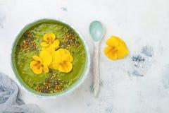 El cuenco del smoothie del verde del detox del desayuno remató con los superfoods, las semillas del chia, el polen de la abeja y  Fotos de archivo