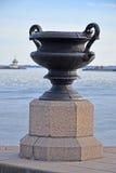 El cuenco grande del monumento del arrabio en la costa de Kronstadt Imágenes de archivo libres de regalías