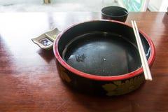 El cuenco japonés vacío en la tabla Imagen de archivo libre de regalías