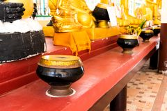 El cuenco o las limosnas del monje rueda en templo del buddhism de Tailandia imagenes de archivo