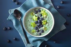 El cuenco sano del smoothie del spirulina con el arándano, kiwi protagoniza, chia imagenes de archivo
