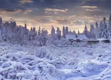 El cuento de hadas del invierno, las nevadas pesadas cubrió los árboles y las casas adentro Imagenes de archivo