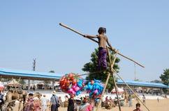 el Cuerda-caminante se está preparando al funcionamiento del circo en el campo nómada durante día de fiesta justo del camello, Pus Imágenes de archivo libres de regalías