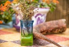 El cuerno en la tabla del jardín adornó el ambiente Foto de archivo libre de regalías