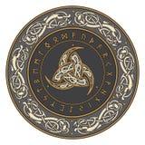 El cuerno triple de Odin adornó con los ornamentos y las runas escandinavos libre illustration