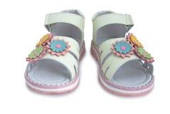 El cuero ligero amarillento embroma las sandalias. Imagen de archivo libre de regalías