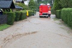 El cuerpo de bomberos acomete para rescatar cuando las inundaciones golpean el pueblo en Europa después de fuertes lluvias Imágenes de archivo libres de regalías