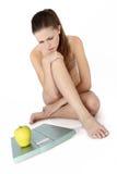 El cuerpo de la mujer con la balanza, piensa en la dieta fotografía de archivo libre de regalías