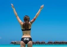 El cuerpo de la mujer hermosa en bikini atractivo sobre fondo de la playa Fotos de archivo libres de regalías