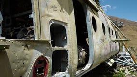 El cuerpo de un aeroplano militar metrajes