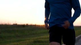 El cuerpo del atleta de un primer del corredor mientras que activa almacen de metraje de vídeo