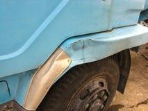 El cuerpo lateral del camión fue dañado accidentalmente en tráfico Imagen de archivo libre de regalías