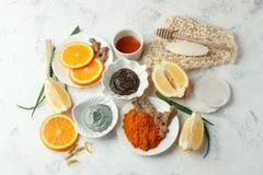 El cuidado de piel y el exfoliante corporal y la máscara hechos en casa con los ingredientes naturales miel, limón, arcilla, gr imagenes de archivo