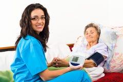 El cuidar para el paciente mayor foto de archivo