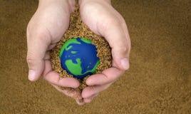 El cuidar para la tierra del planeta Imágenes de archivo libres de regalías
