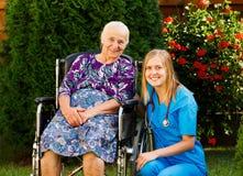 El cuidar para los ancianos Foto de archivo