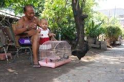 El cuidar para los nietos Foto de archivo