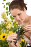 El cultivar un huerto - árbol del corte de la mujer con las tijeras de podar Imágenes de archivo libres de regalías