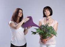 El cultivar un huerto de dos mujeres Imágenes de archivo libres de regalías