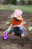 El cultivar un huerto de la muchacha Fotografía de archivo libre de regalías