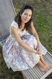 El cultivar un huerto de la mujer. Muchacha madura que cultiva un huerto en su patio trasero. primavera s Fotos de archivo