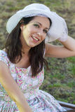 El cultivar un huerto de la mujer. Muchacha madura que cultiva un huerto en su patio trasero. primavera s Foto de archivo