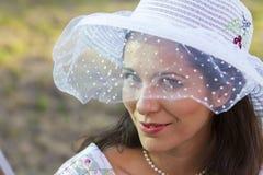 El cultivar un huerto de la mujer. Muchacha madura que cultiva un huerto en su patio trasero. primavera s Imagen de archivo libre de regalías