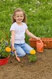 El cultivar un huerto de la niña Fotografía de archivo