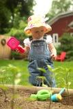 El cultivar un huerto de la niña Fotos de archivo