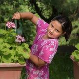 El cultivar un huerto de la niña Imagen de archivo