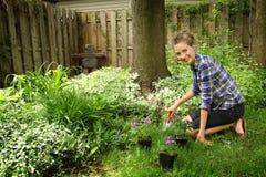 El cultivar un huerto del adolescente Imagen de archivo libre de regalías