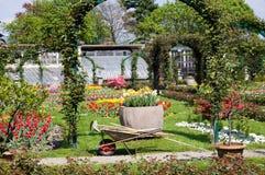 El cultivar un huerto en tiempo de resorte Fotografía de archivo