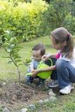 El cultivar un huerto feliz de los niños Imágenes de archivo libres de regalías