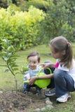 El cultivar un huerto feliz de los niños Foto de archivo libre de regalías