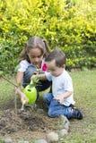 El cultivar un huerto feliz de los niños Fotografía de archivo