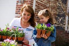 El cultivar un huerto: Padre y niño listos para plantar las flores Fotografía de archivo libre de regalías