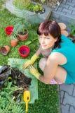 El cultivar un huerto sonriente feliz de la mujer de la Edad Media Foto de archivo libre de regalías