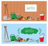 El cultivar un huerto y la horticultura, bandera fijaron con las herramientas, las verduras y las plantas Foto de archivo