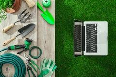 El cultivar un huerto y tecnología foto de archivo libre de regalías