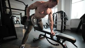 El culturista levanta la pesa de gimnasia metrajes